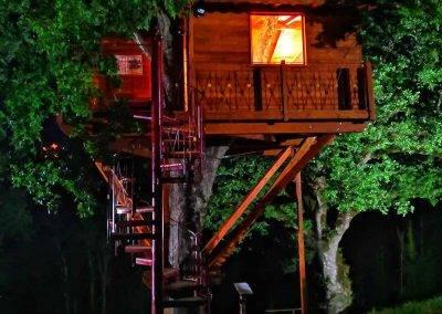 Casa sull'albero di notte